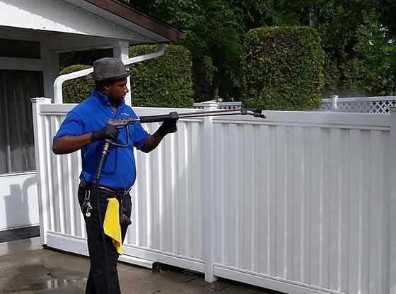 Pressure cleaning a fence